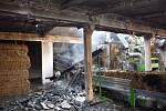 V zemědělském objektu v Záhlinicích před šestou hodinou ranní hořela střecha a sláma uvnitř objektu.