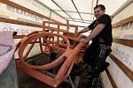 """Předválečná auta měla všechna dřevěnou kostru a byla plechem jen potažená. Zde je dvousedadlová Tatra. Zadní sedačce, která jako jediná nebyla zastřešená, se říkalo """"sedadlo pro tchyni""""."""