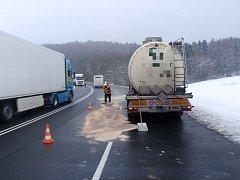 U nehody kamionu nedaleko Zástřizel museli v úterý 23. ledna odpoledne zasahovat krajští hasiči.