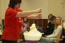Doktorandky pražské Vysoké školy chemicko-technické předvedli ve středu šestého února studentům kroměřížského gymnázia zajímavé pokusy z oblasti chemie.