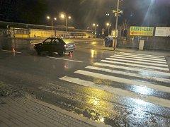 Čtyřicetiletá řidička přehlédla na přechodu u autobusového nádraží v Holešově chodkyni a srazila ji. Žena je těžce zraněná.