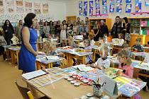 Nový školní rok slavnostně zahájili také na 3. základní škole v Holešově. Zatímco mezi natěšenými prvňáčky panovala spíše nervozita a dojetí u rodičů, ve vyšších ročnících byl začátek školního roku volnější.