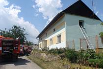 Požár rodinného domu v Nové Dědině způsobila technická závada elektroinstalace. Hasiči svým zásahem uchránili majitelům majetek v hodnotě asi jednoho milionu korun.