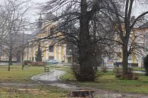 Park v Chropyni prošel radikální změnou. Z centra města zmizely desítky starých stromů a keřů.