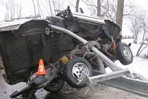 Vrak museli hasiči u Holešova vyřezat, řidič vyvázl s odřeninami