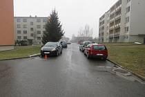 Neznámý řidič naboural Fiat Punto v ulici Bratří Šilerů u domu číslo 3358/6: pachatel podle policie zřejmě při vyjíždění z parkovacího místa narazil do předního nárazníku fiatu a z místa ujel, majitelce způsobil škodu za deset tisíc korun. Svědky nehody h