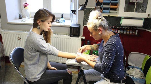 Ceny tetování se liší podle velikosti, složitosti a barevnosti. A kde se tatérům nejhůře pracuje? Především na místech, kde se kůže příliš vrásní: na boku, kolem podpaždí, ale i třeba na nártu. Nejlepší jsou pro ně naopak velké rovné plochy, jako jsou ste