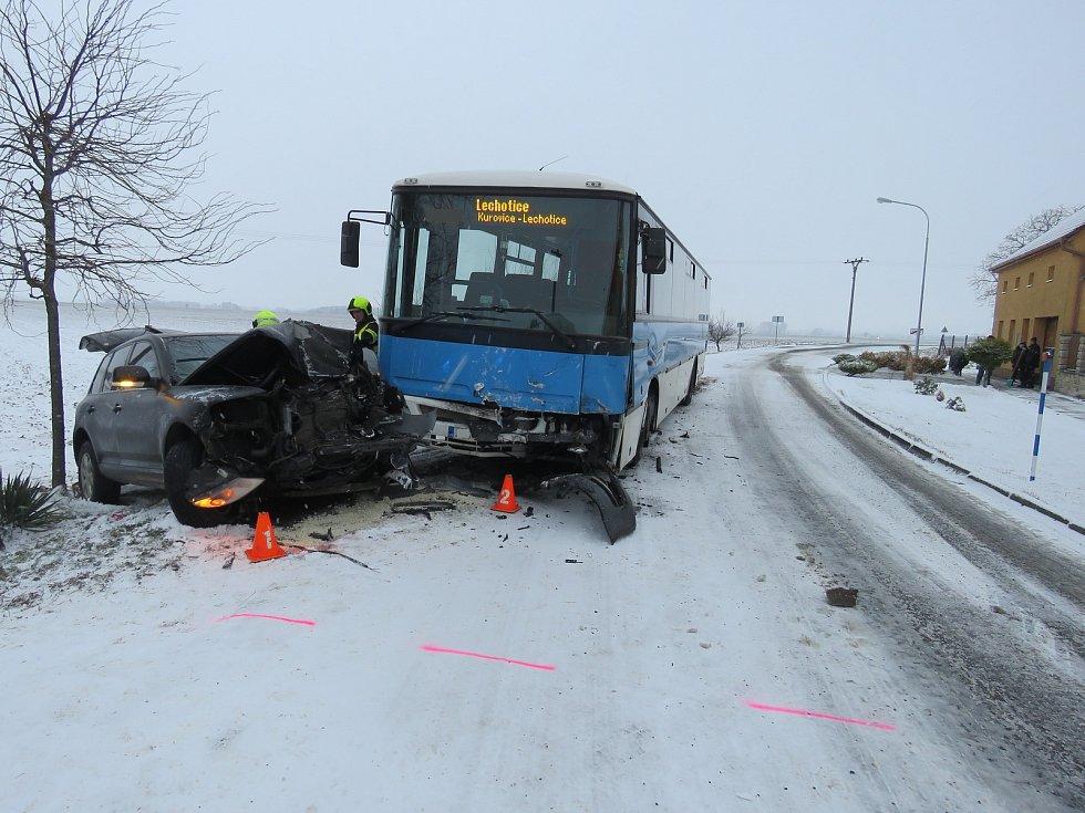 Při nehodě linkového autobusu mezi Kurovicemi a Ludslavicemi utrpěli naštěstí jen lehčí zranění dva lidé.