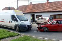Dva řidiči skončili v nemocnici po čelní srážce aut, která se stala v úterý 26. září ve Střílkách. Zásah hasičů tam trval až do šesté hodiny večer.
