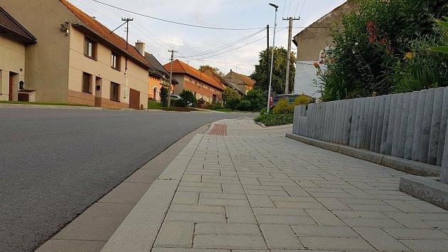 Chodník na hlavní ulici vSulimově.