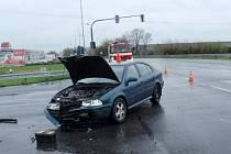Srážku dvou aut museli v neděli 10. dubna řešit policisté, hasiči a záchranáři na křižovatce při výjezdu z Kroměříže směrem na Hulín: jejími aktéry byly i dvě děti, staršímu z nich hasiči věnovali plyšového Dráčka Záchranáčka.
