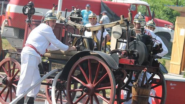 Historické i současné požární útoky předvedli v rámci sobotních oslav zdounečtí dobrovolní hasiči. Nejen to, uctili památku zemřelých a také posvětili své vozy.
