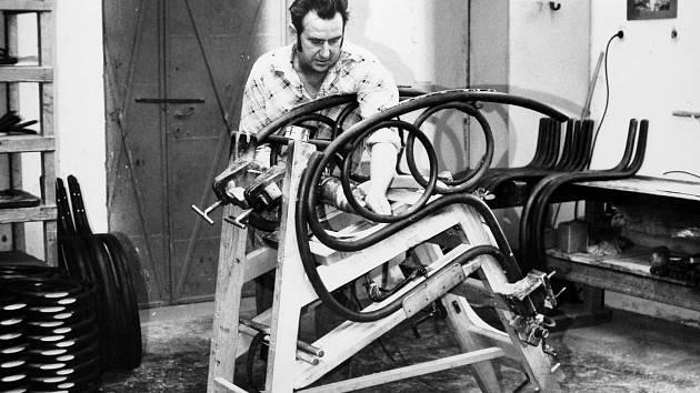 MONTÁŽ HOUPACÍHO KŘESLA. Legendární houpací křeslo nechybělo v portfoliu ohýbaného nábytku firmy už v roce 1873.