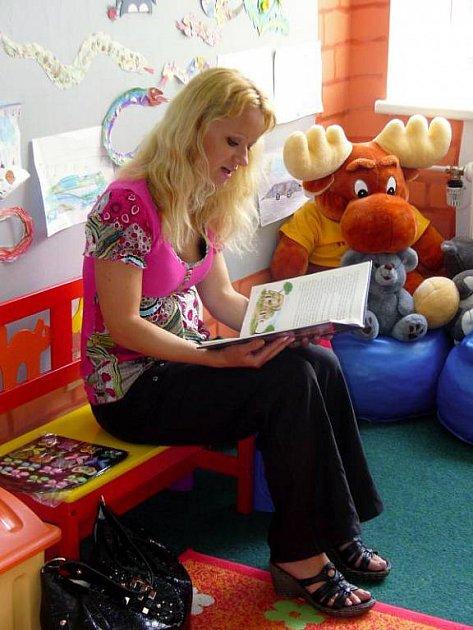 Spisovatelka Klára Janečková přijela uplynulou středu odpoledne potěšit malé pacienty ortoptického oddělení v kroměřížské nemocnici.