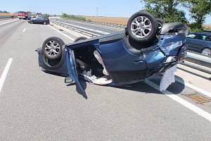 Na dálnici D1 ve směru na Kroměříž se srazila dvě osobní auta.