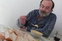 V kroměřížském Azylovém domě pro muže už dva roky bezplatně vydávají teplou polévku, a to v čase od desíti do dvanácti hodin. Za pár korun si mohou také zakoupit čaj či kafe.