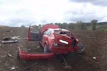 Nehodu Škody Octavia, jejíž řidič skončil i s vozem v poli dvacet metrů od silnice, řešili v pondělí 3.10. záchranáři u Litenčic.
