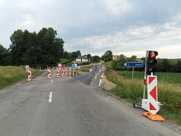 S dopravním omezením musejí v těchto dnech počítat řidiči ve zdounecké místní části Těšánky. Ředitelství silnic Zlínského kraje (ŘSZK) tam totiž opravuje přes 900 metrů dlouhý úsek včetně jednoho z mostů.