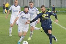 Bílovecký kapitán Miroslav Ronec (vpravo) řídil první jarní výhru dvěma góly.