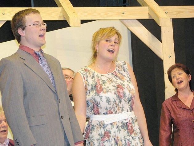 Lidová scéna se jmenuje ochotnický divadelní soubor v Bernarticích nad Odrou. V sobotu slavil úspěch se zpěvohrou Nejlíp je u nás.