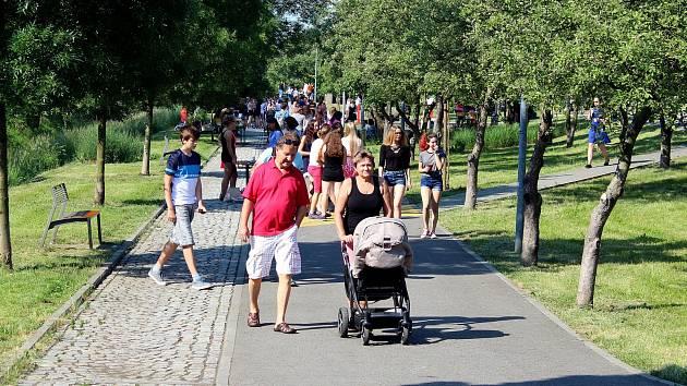 Charitativní akci Snídej pro děti uspořádali v pátek 1. června v parku u gymnázia v Novém Jičíně a dopoledne členové redakce Gymplátek s dalšími spoluorganizátory.