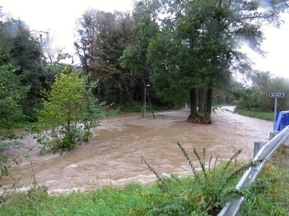 V Bílovci řeka Bílovka zaplavila ve středu 14. října dopoledne cyklostezku.