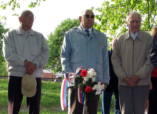 František Trojka z Příbora (uprostřed s kyticí)zažil krutý konec války v Kyjovicích.