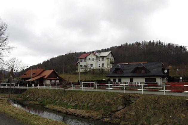 Obec Tichá nabízí pěkné výhledy znávrší na okolní hory a také zajímavé připomínky historie.