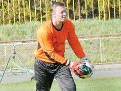 OPORA. Asistent trenéra FK Nový Jičín Tomáš Vyhlídal byl nucen po vyloučení brankáře odchytat po deseti letech fotbalový zápas.