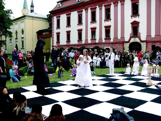 Součástí letošní zámecké slavnosti v Kuníně byly i živé šachy.