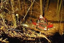 Z patnáctimetrového srázu se ve čtvrtek večer mezi Fulnekem a Moravskými Vlkovicemi zřítil osobní vůz Škoda Felicia.