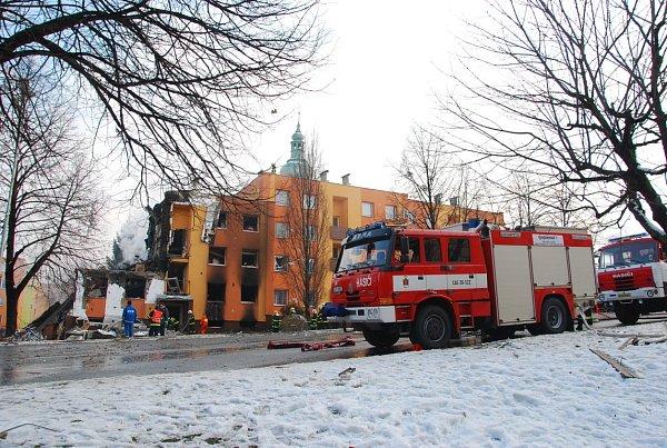 Vpanelovém domě ve Frenštátě pod Radhoštěm došlo kvýbuchu plynu a následnému požáru.