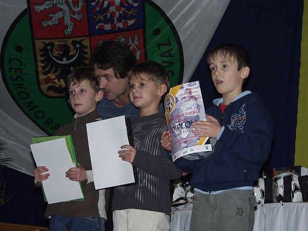 V kategorii nejmenších fotbalistů si ceny převzali (zleva) Marek Hanuš, Luboš Malušek a Matyáš Dedek.