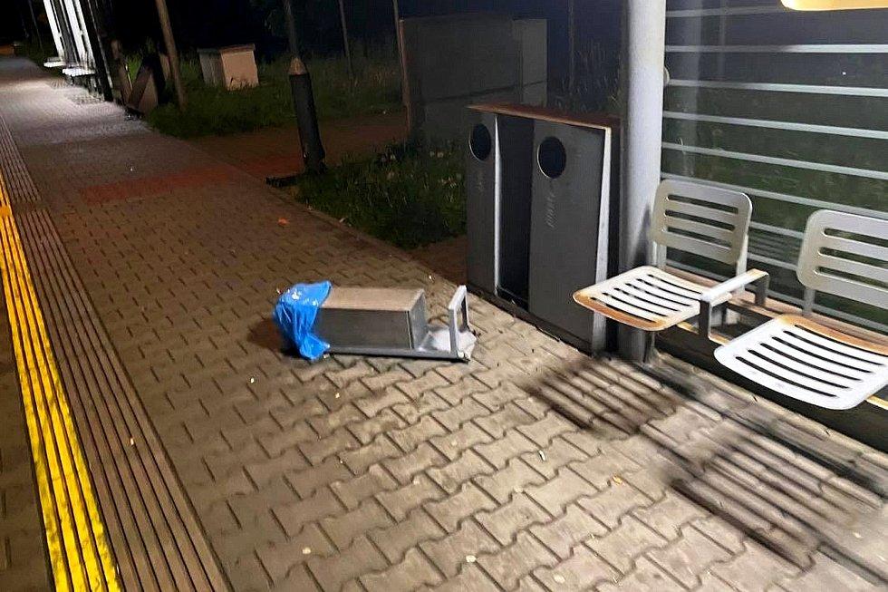 Vandalové ve Frenštátě pod Radhoštěm v sobotu 29. května poničili zastávku, nádoby na odpad a spálili knížky.