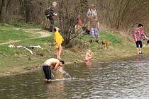 První aprílový den roku 2021 se vydařil. Někteří jedinci si dokonce vyzkoušeli koupání ve vodních nádržích. Takto to vypadalo u nádrže Větřkovice u Kopřivnice 1. dubna 2021.