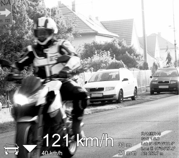 Motorkář na snímku zpolicejní kamery.