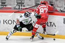 Semifinále play off hokejové Tipsport extraligy - 5. zápas: HC Oceláři Třinec - BK Mladá Boleslav, 11. dubna 2021 v Třinci. (Zleva) Maris Bičevskis z Mladé Boleslavi a Michal Kovařčík z Třince.