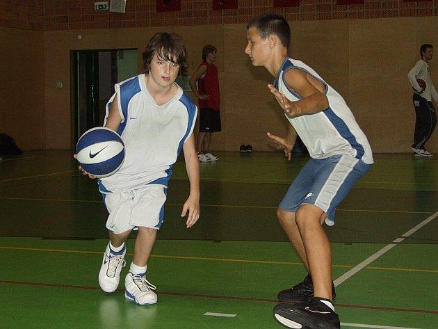 Mladí basketbalisté pozorně sledovali rady a finty ligových profesionálů. Vše si hned zkoušeli pod jejich dohledem.