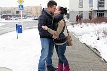 Mladý pár v ulicích Místku se za svou lásku nestyděl.