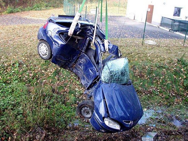 Řidiče, který zůstal po nárazu do stromu zaklíněný ve voze, museli vyprostit hasiči v neděli na silnici z Bílova do Pustějova.