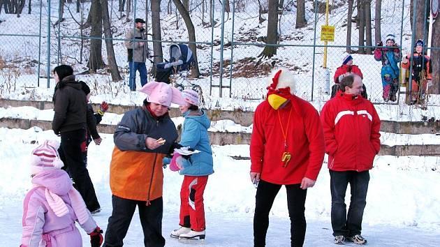 Pořádně rušno bylo v neděli odpoledne ve sportovním areálu na Opavské ulici v Bílovci. Uskutečnil se tam Maškarní rej na ledě.