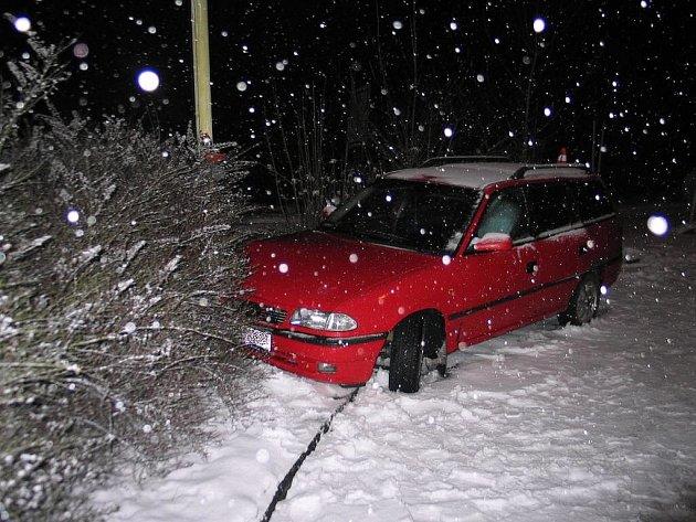 Zdrogovaný řidič ujížděl v pátek 11. ledna policistům v obci Borovec, kde naboural do sloupu veřejného osvětlení.