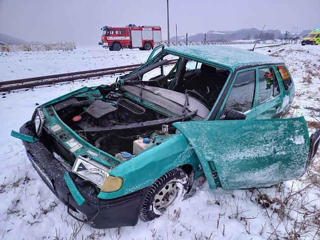 Střet vlaku sfelicií odnesl zraněním senior ze škodovky.