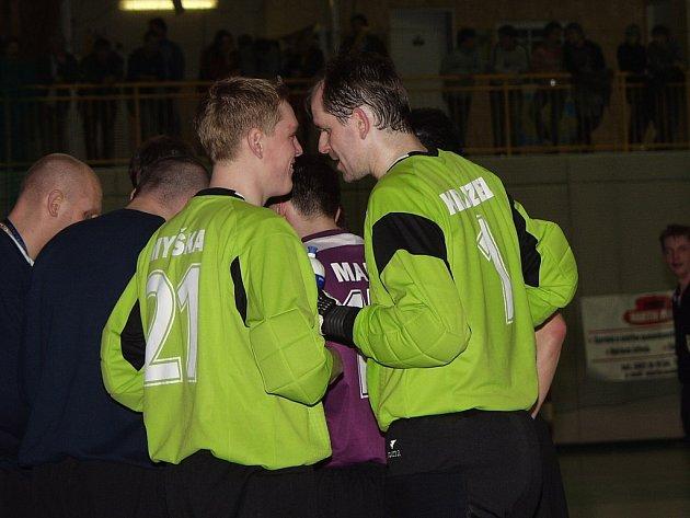 Málo důvodu k úsměvům měli 22. prosince brankáři Jistebníku Pavel Myška (vlevo) a Petr Krayzel.