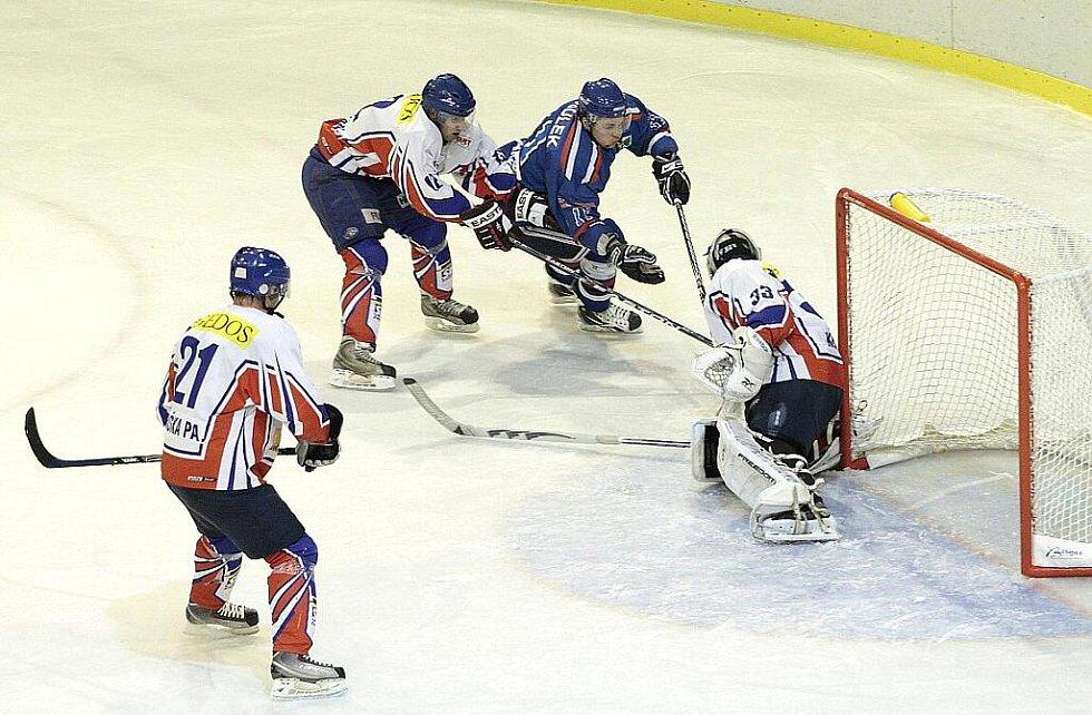 Snímky z utkání HC Karviná vs. HC Gedos Nový Jičín 5:2.