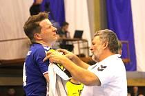 Kopřivnický křídelník Jan Hanus (vlevo) se v derby proti Frýdku-Místku blýskl deseti brankami, ale ani zásahy jednoho z nejlepších extraligových střelců nakonec Kopřivnici k bodům nepomohly.