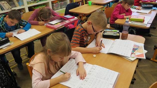 Comenia Script. Kde na Novojičínsku najdete v písankách prvňáčků tiskací písmena? Na Základní škole v Lubině.