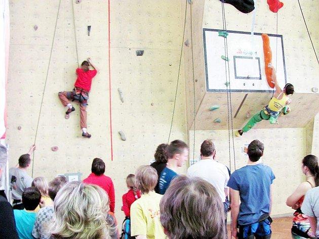 Stěna prověřila mrštnost soutěžících.