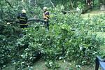 Zásah hasičů po bouřce v Bílovci.