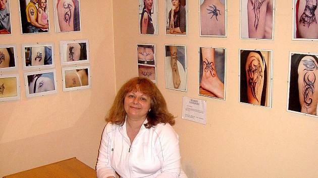 Alena Janovská s ukázkami tetování, kterých má za osm let práce na kontě několik tisíc.